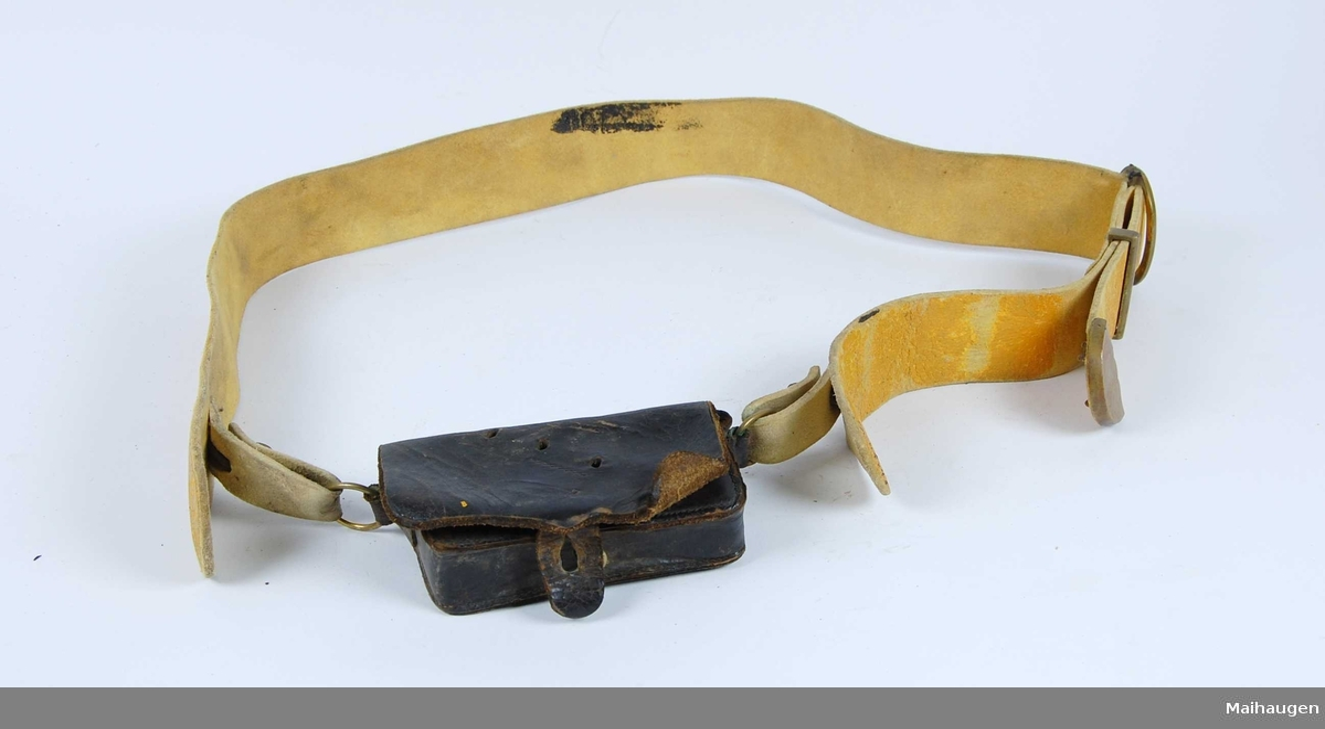 Patrontaske med belte.Patrontasken har innmat for Nagantrevolverpatroner. Riksløvebeslag mangler  Beltet er av farvet gult lær.Beltet har messingbeslag.
