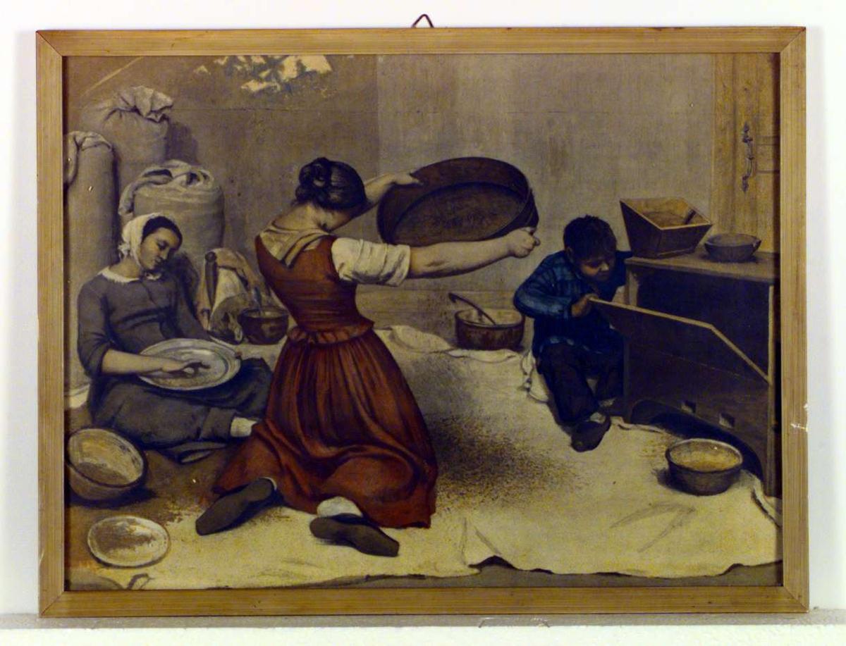 To kvinner i arbeid med rensing av korn, den ene bruker en såld. Diverse melsekker står i et hjørne og flere boller/fat står omkring. En gutt sitter på gulvet og titter inn i et slags skap.