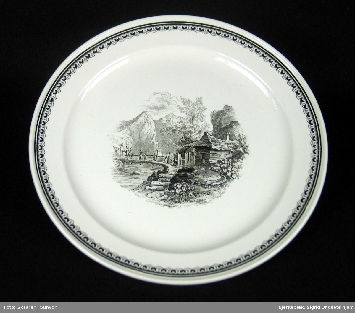 Tallerken i offwhite keramikk med sort dekor.