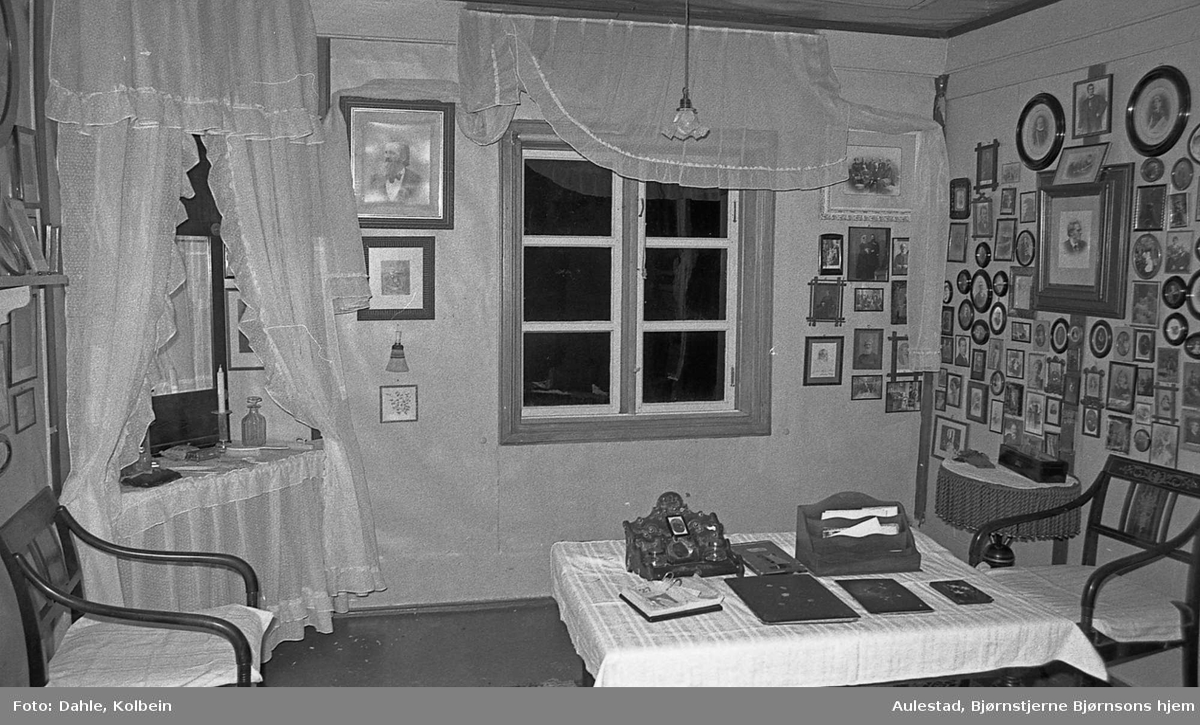 DOK:1971,Karolineværelse, familievegg, skrive- bord,