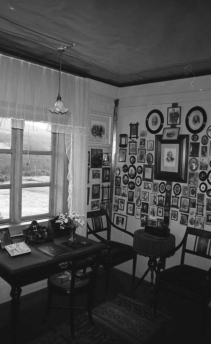 DOK:1972-1975, Aulestad, interiør, Karolineværelse, familievegg, fotografier, skrivebord, stol, lampe,
