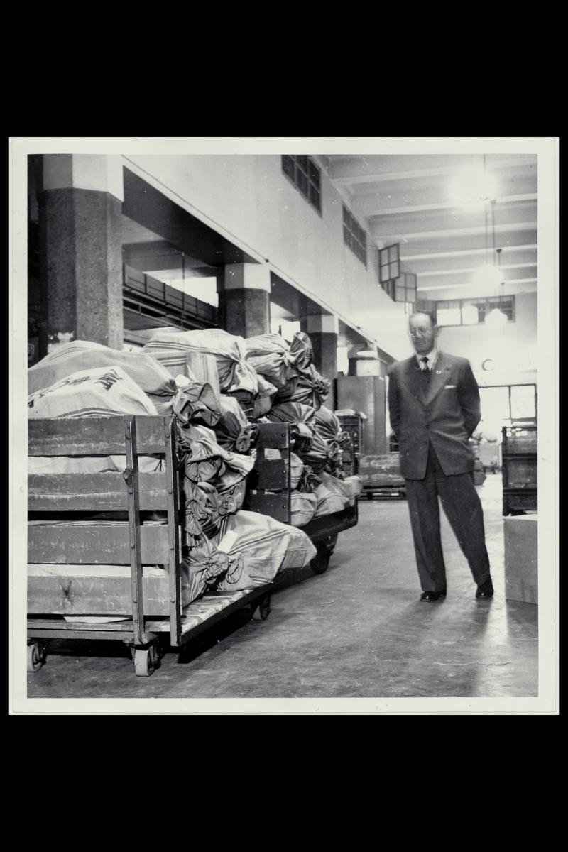 interiør, Postgirokontoret, Pakkeavdelingen, mann, postsekker i traller