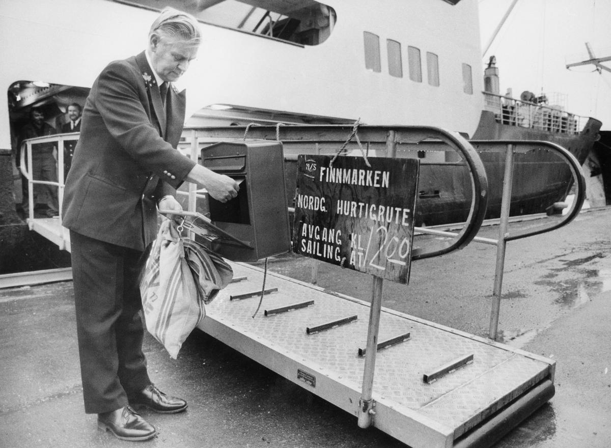 transport, båt, eksteriør, D/S Finnmarken, postkasse, postsekk, mann, til kai