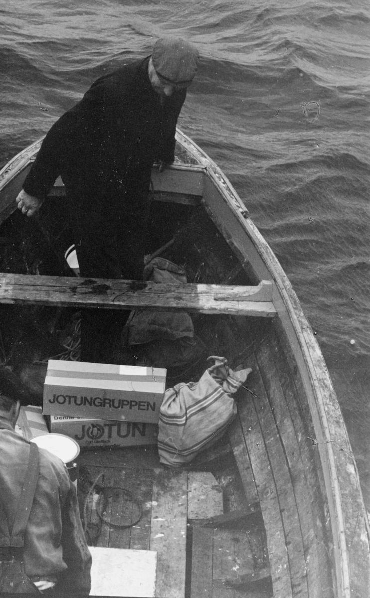 transport, båt, på sjø, postsekk, mann, posten i Nord