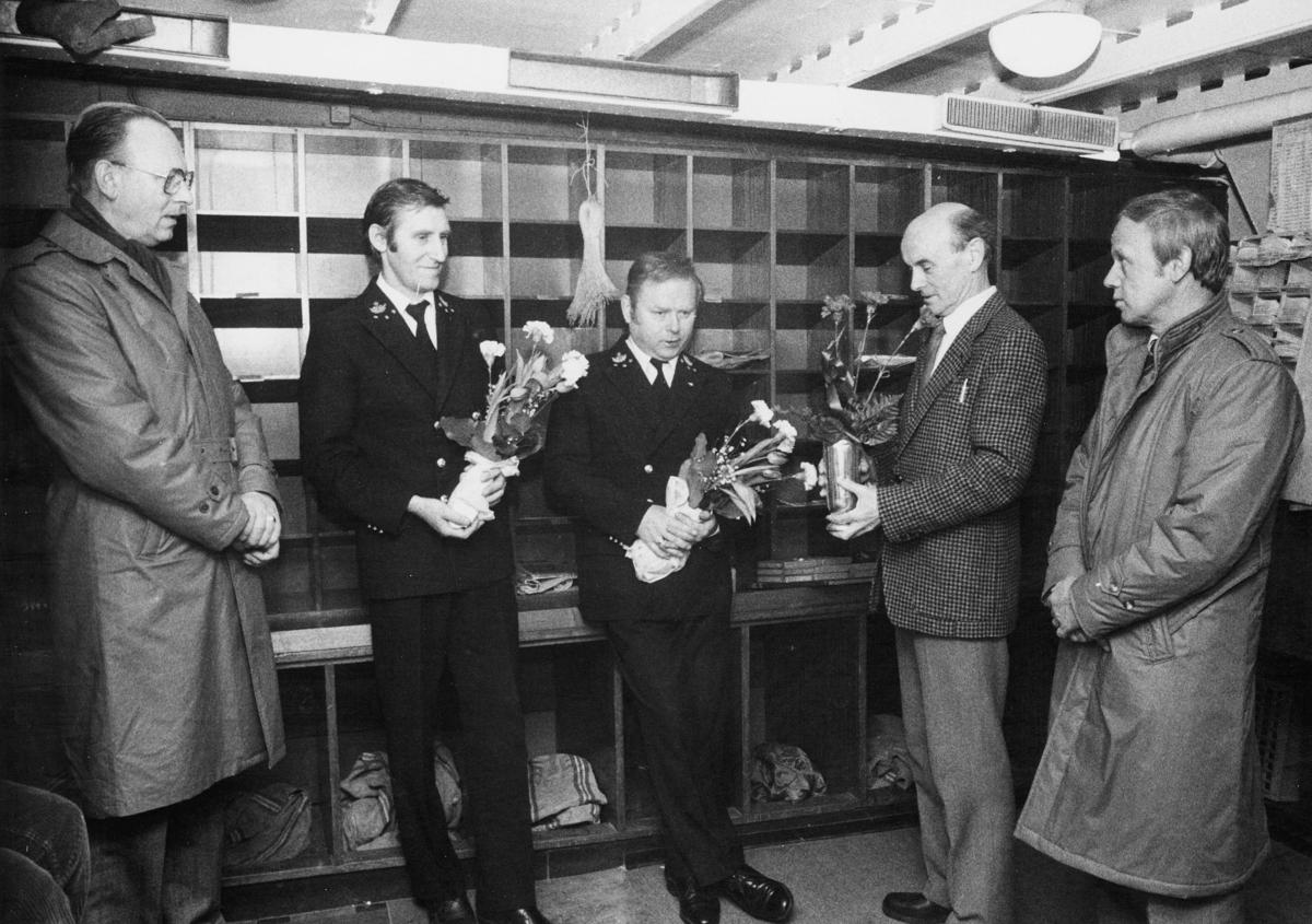 person, postsjef Bjørn Voktor, postbetjent Bjørn Holm, postbetjent Thor Linge, interiør, 2 menn