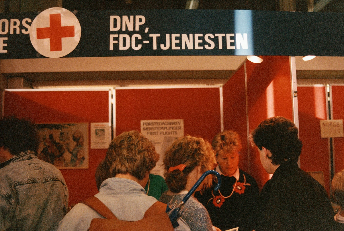 frimerkets dag, Oslo Rådhus, stands for Norges Røde Kors filatelitjeneste, ekspeditør, kunder