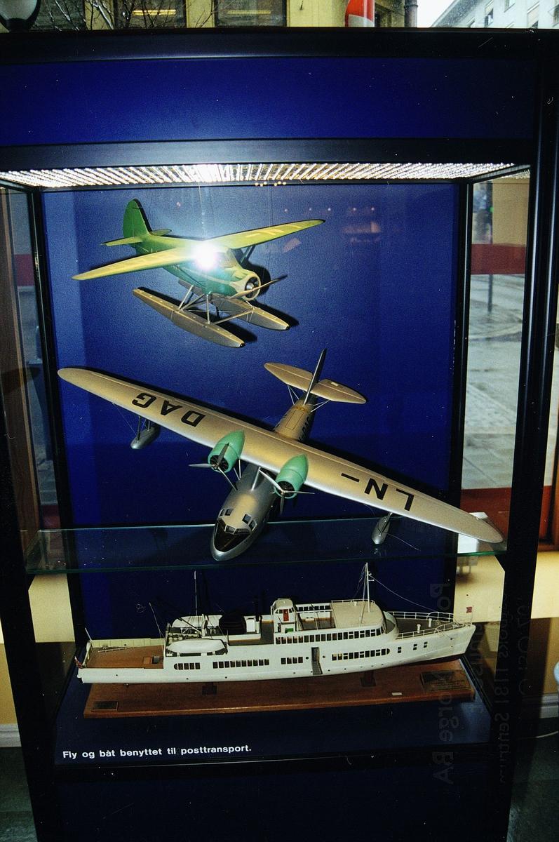 postmuseet, Kirkegata 20, utstilling, monter, fly og båt benyttet til posttransport, 2 fly (et med LN-DAG på vingene), båt