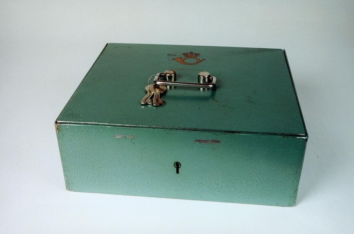 Postmuseet, gjenstander, skrin, kasseskrin med håndtak, nøkler og lås, postlogo.