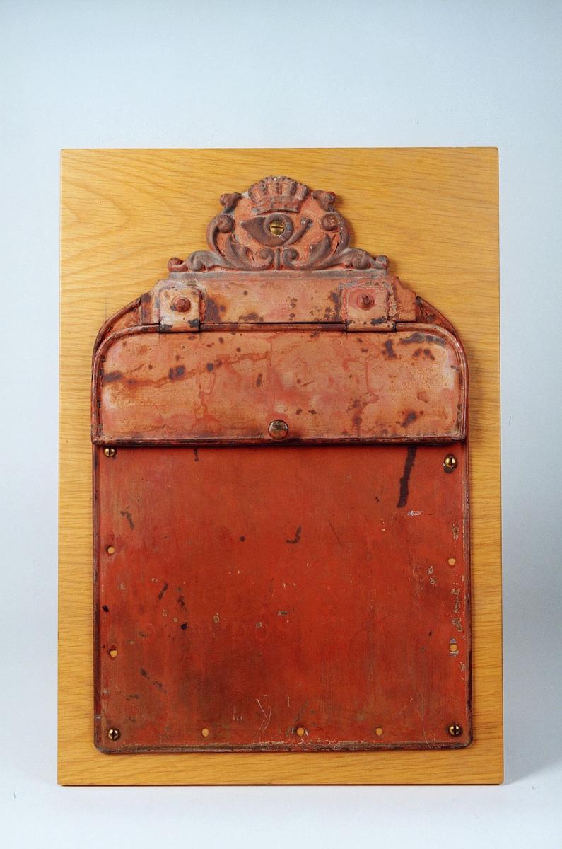 Postmuseet, gjenstander, postkasse, postinnkast, postkasseskilt, krone og posthorn med ornament.