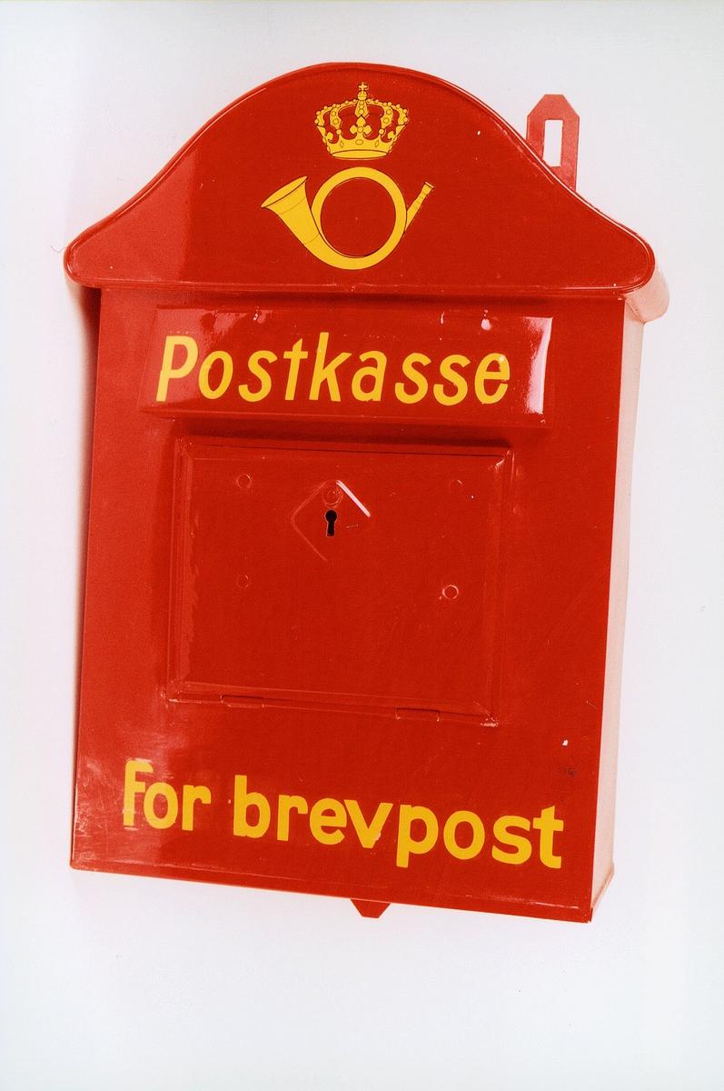 Postmuseet, gjenstander, postkasse, brevkasse, nøkkelhull, uten plakat, posthorn med krone (postlogo), Postkasse for brevpost, fra før 1956.