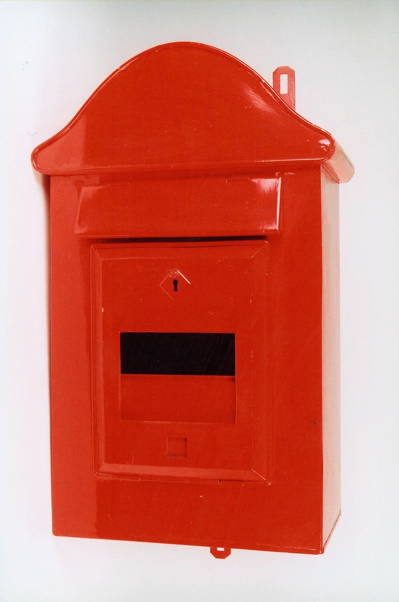 Postmuseet, gjenstander, postkasse, brevkasse, nøkkelhull, med plakat, vindu for antall ganger kassen er tømt, kassen er ubrukt, fra før 1956.