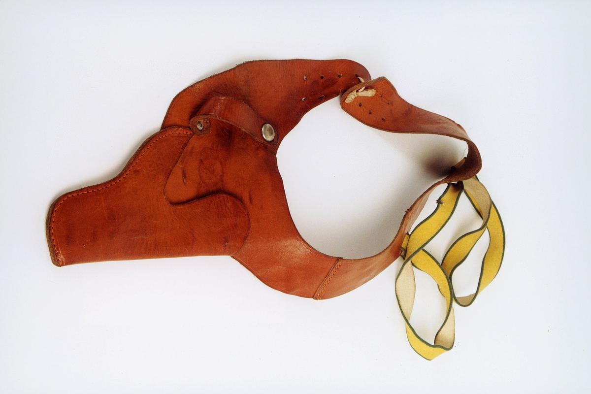 Revolverfutteral i lys brunt lær med påsydd gul bred strikk