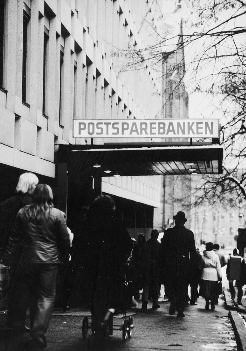 postsparebanken, Akersgata 68, Oslo, eksteriør, mange mennesker, inngangspartiet