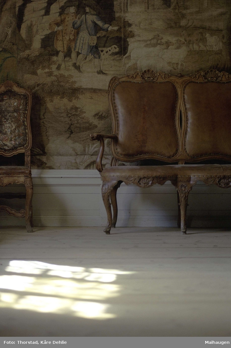 Prestegarden fra Vågå, H 03. Interiør. Detalj fra stua, H 03102, malt veggtapet, benk og stol.