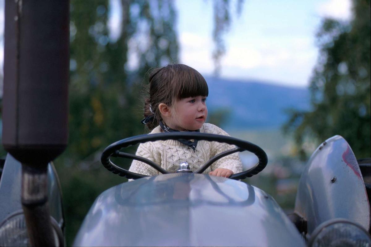 Barnas dag på Maihaugen 2000. Liten jente i førersetet på traktoren Gråtass.