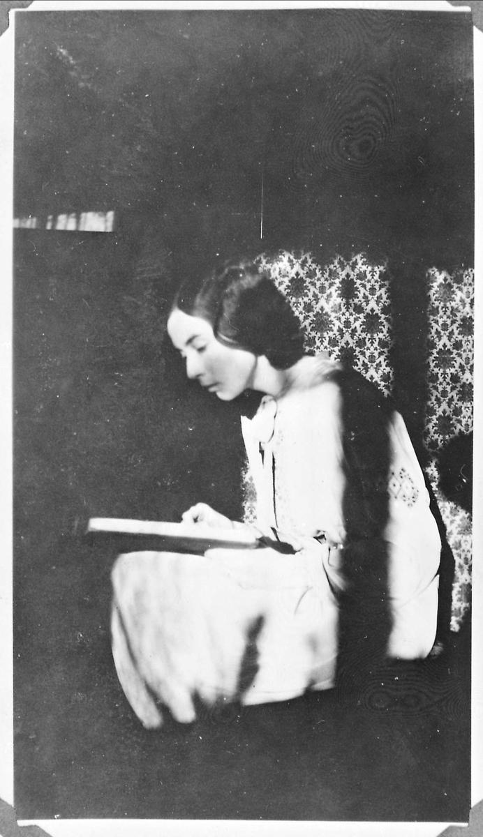 Kvinne, interiør, bok