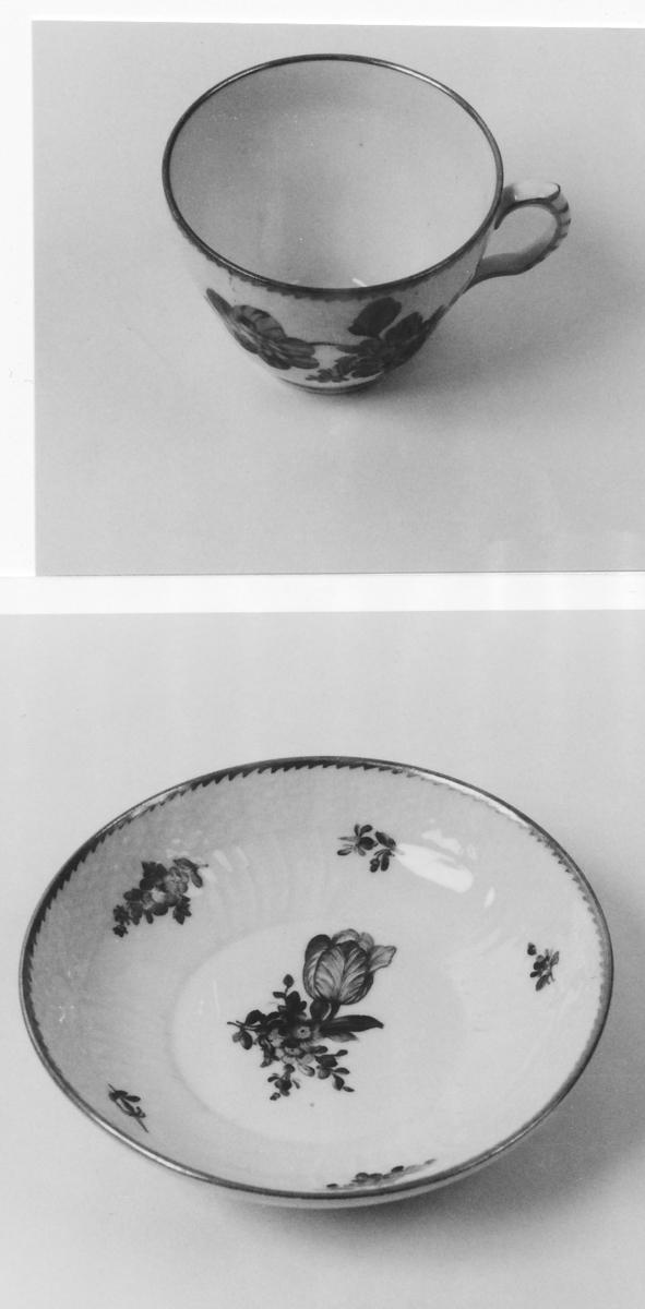 A: Kopp;  B: Skål. Blomsterdekorerte; A: Sirkelformet bunn; vertikale plastiske rifler, plastisk bord;  B: Sirkelformet; høyt oppstigende kant; plastiske radiale rifler, plastisk bord.