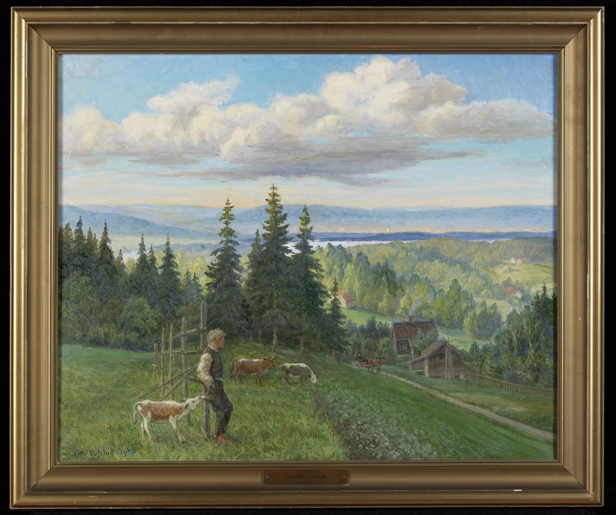 Landskap, i forgrunnen eng m. gutt, 3 kyr, vei, hus, grantrær, lavereliggende skog, i bakgrunnen glimt av vann, blå åser, blå skyet himmel