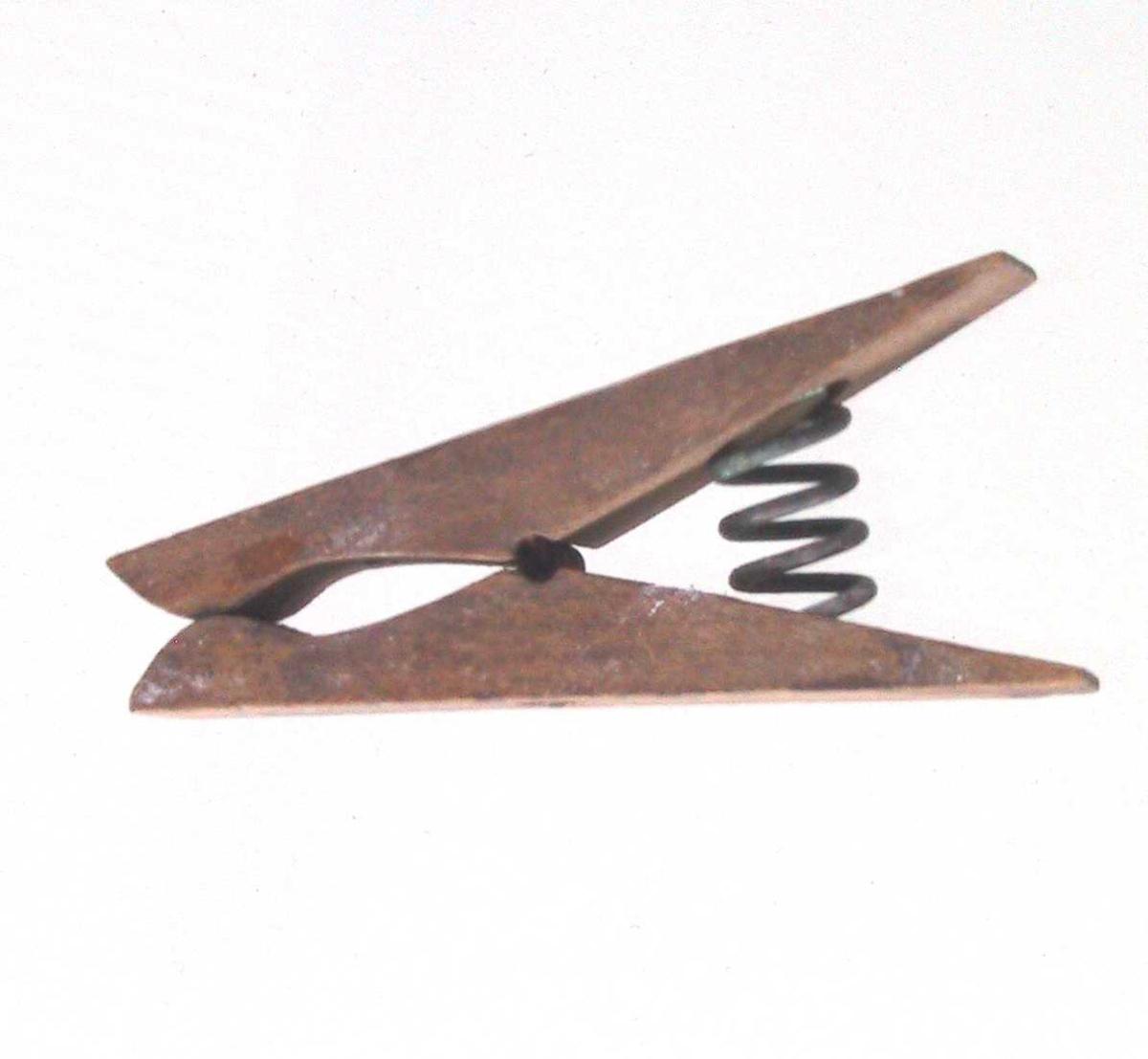 Klesklype.   L: 7 cm.   Bjerk ?   Maskinlaga patent.   To forskjellige fjærer, den ene står mellom stykkene en klemmer samme   Rel. brei. Liten utholing til snor.