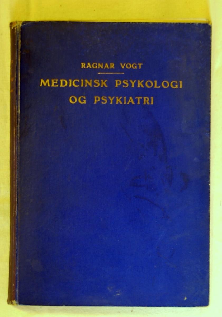 Filosofen Peter Wessel Zapffe og hans kone Berit testamenterte sin eiendom på Båstad i Asker til Universitetet i Oslo. Da det ble besluttet å selge eiendommen i 2009 ble deler av P.W. Zapffes arbeidsrom og andre eiendeler overlatt til Asker Museum. Denne samlingen inngår nå som en permanent utstilling på museet. Bok med blått omslag med gulltrykk. Inne i boken er lagt et hefte med tittelen: Om arvelighed.