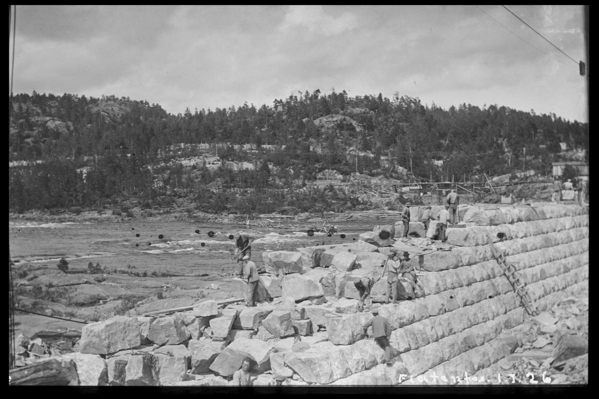 Arendal Fossekompani i begynnelsen av 1900-tallet CD merket 0468, Bilde: 46 Sted: Flaten Beskrivelse: Nærbilde av damtopp med løse steinblikker klar til plassering
