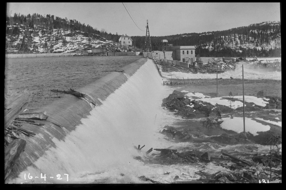 Arendal Fossekompani i begynnelsen av 1900-tallet CD merket 0468, Bilde: 49 Sted: Flaten Beskrivelse: Dam og kraftstasjon ved flom