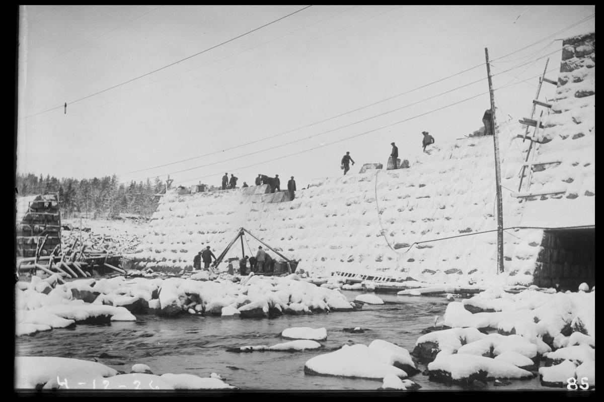 Arendal Fossekompani i begynnelsen av 1900-tallet CD merket 0470, Bilde: 15 Sted: Flaten Beskrivelse: Dammen Flatenfoss under bygging