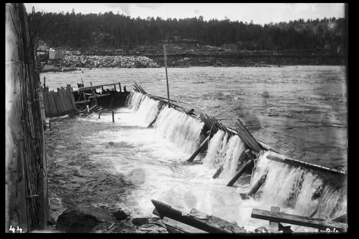 Arendal Fossekompani i begynnelsen av 1900-tallet CD merket 0470, Bilde: 83 Sted: Flaten Beskrivelse: Fangdam under flom