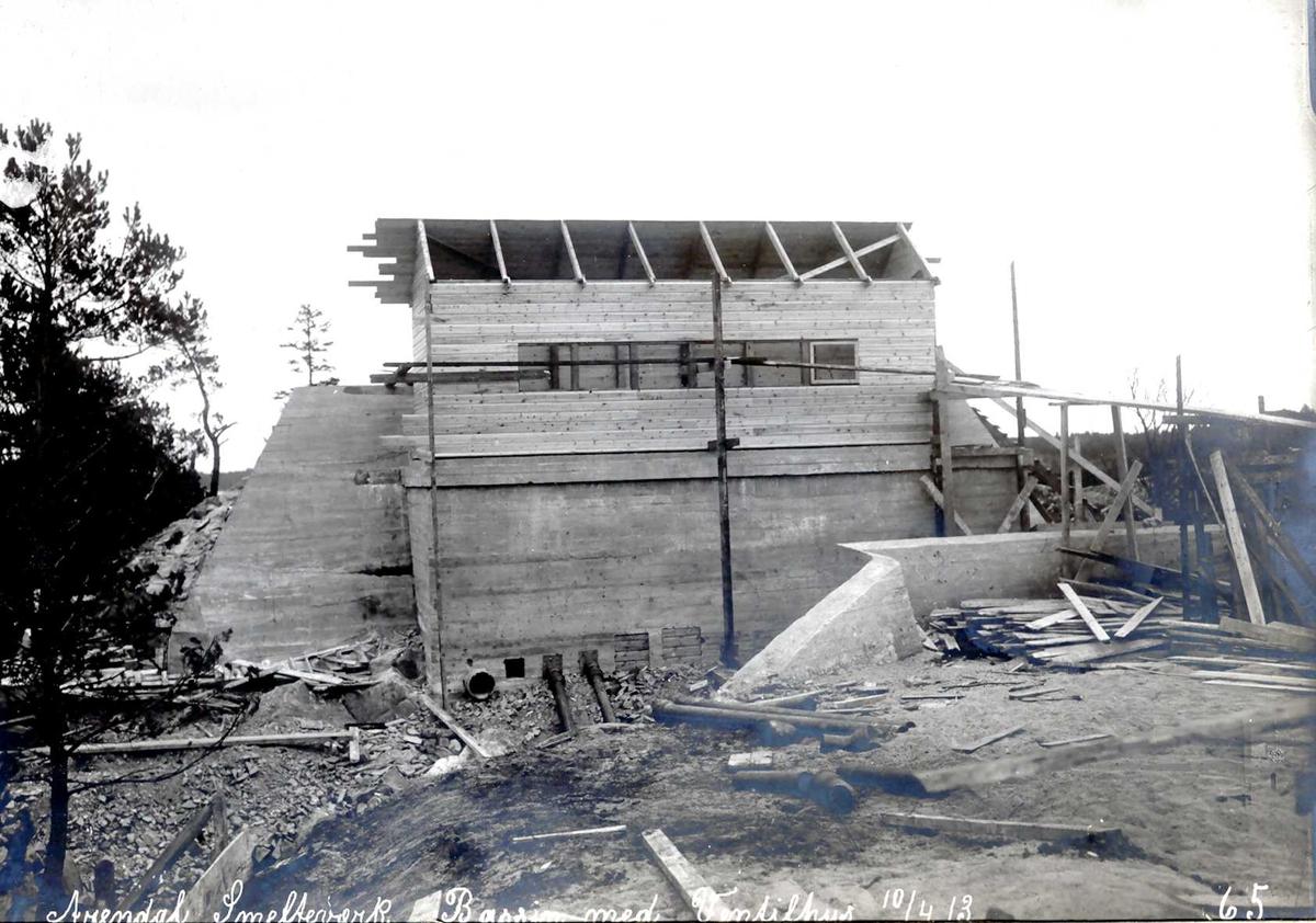"""""""10/04-1913"""" Nitriden. Høydebasseng for trykkvann. """"Fangdam"""" for eventuelt dambrudd. Bygning for ventilhus."""