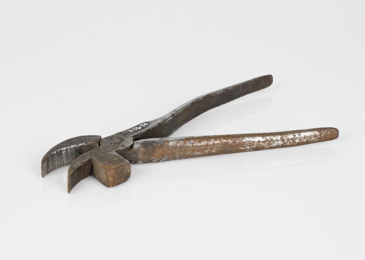 En tang av jern. Håndverksredskap.