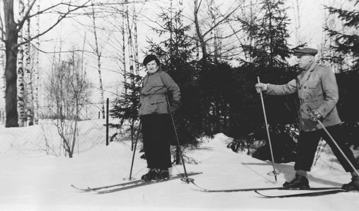 Ingebrigt Five med hustru Alette på ski i haven.