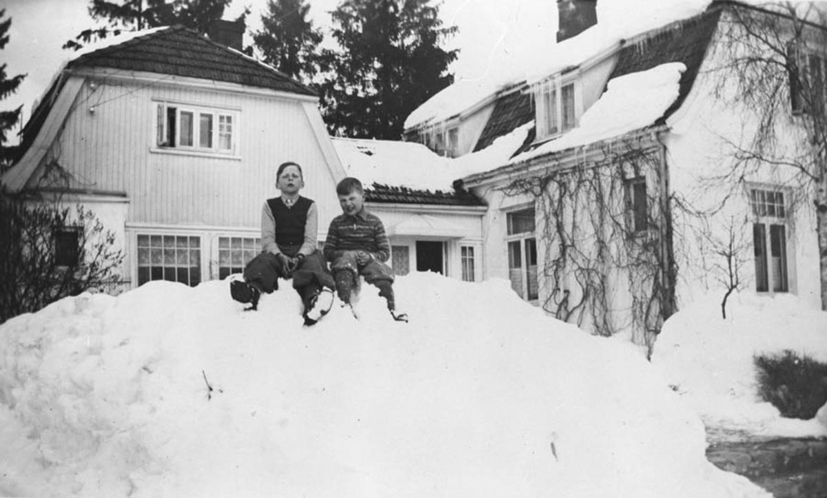 Hans A. Hansen (til v.) Bjørn. Ute i snøen.
