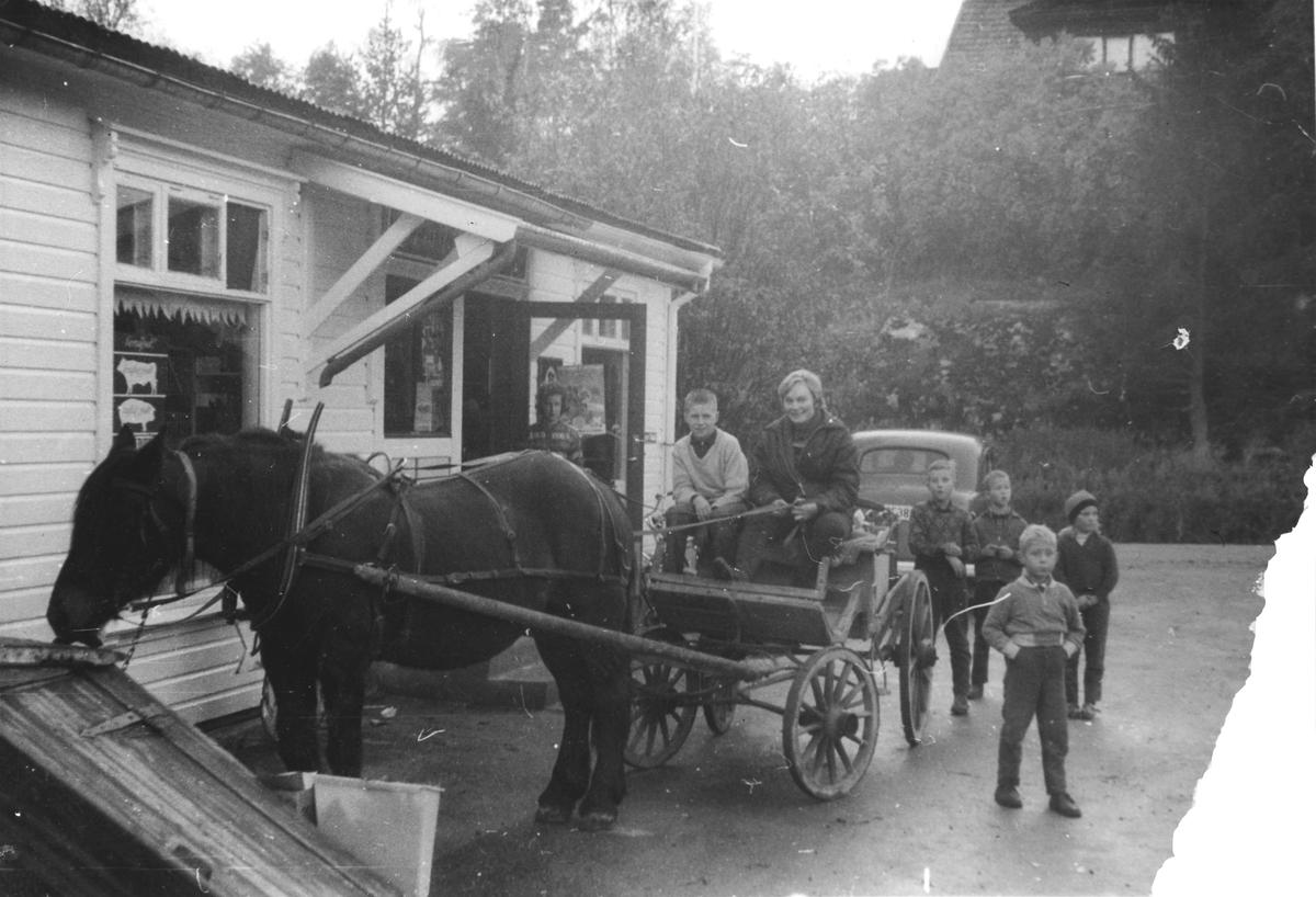 80 års-jubileum for Emil Hansen Landhandel. Kundene kommer med hest og kjerre.