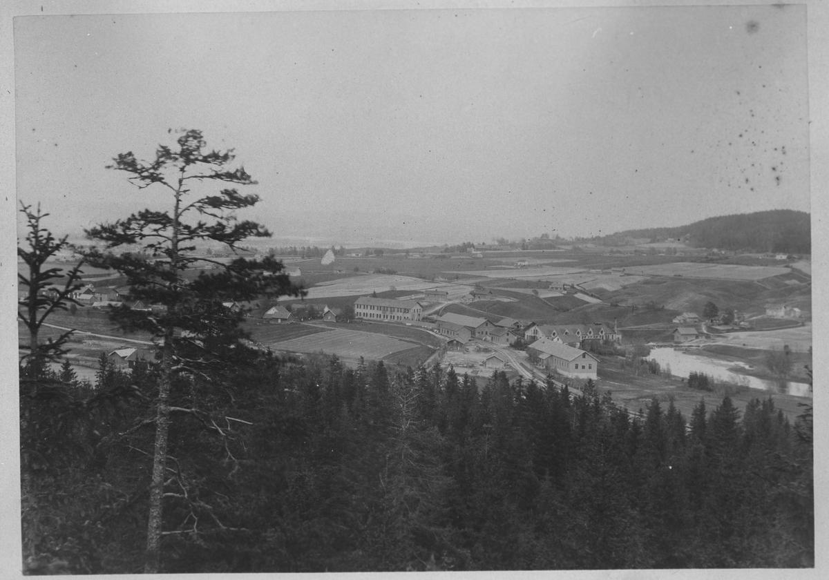 Utsikt over Strømmen. Jorder, spredt bebyggelse, Str. Værksted