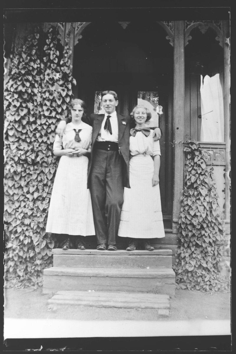 En mann og to damer.