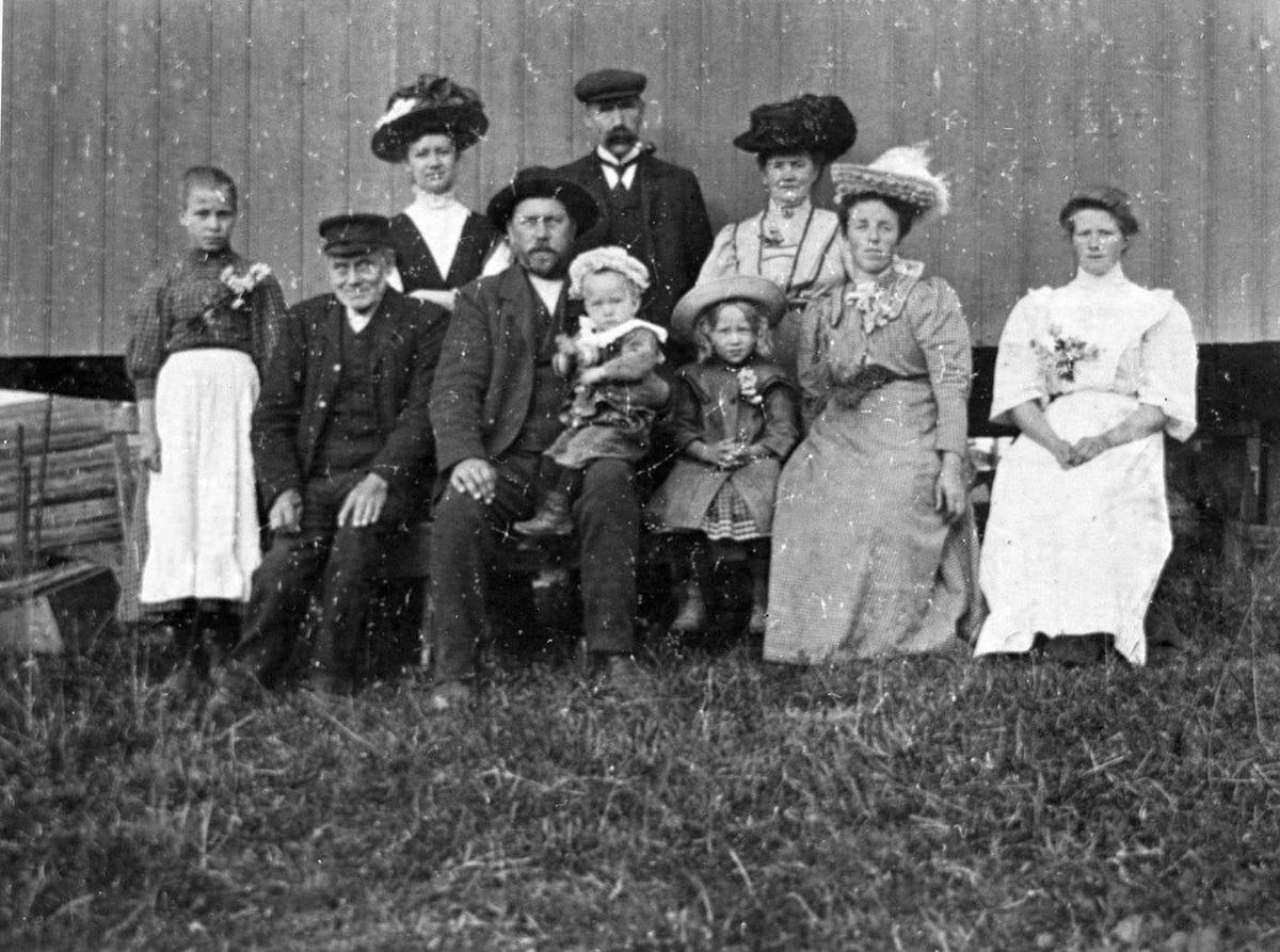 Kragerud, Familefoto Hele familen oppstilt foran en vegg.