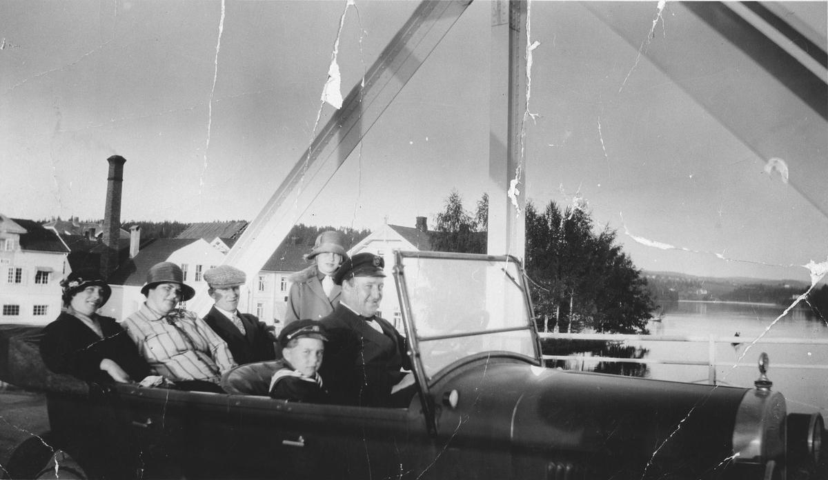 Biltur fra Oppakermoen til Eidsvoll i åpen bil, trolig en Chevrolet 1925-26 modell.