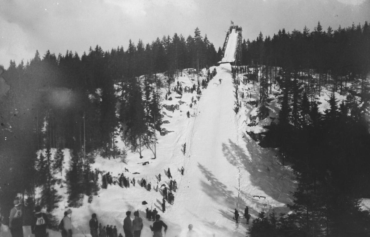 Korpåsen hoppbakke under kretsrenn i 1951. Ove Aarhus F.S. & B. ble rennets vinner.