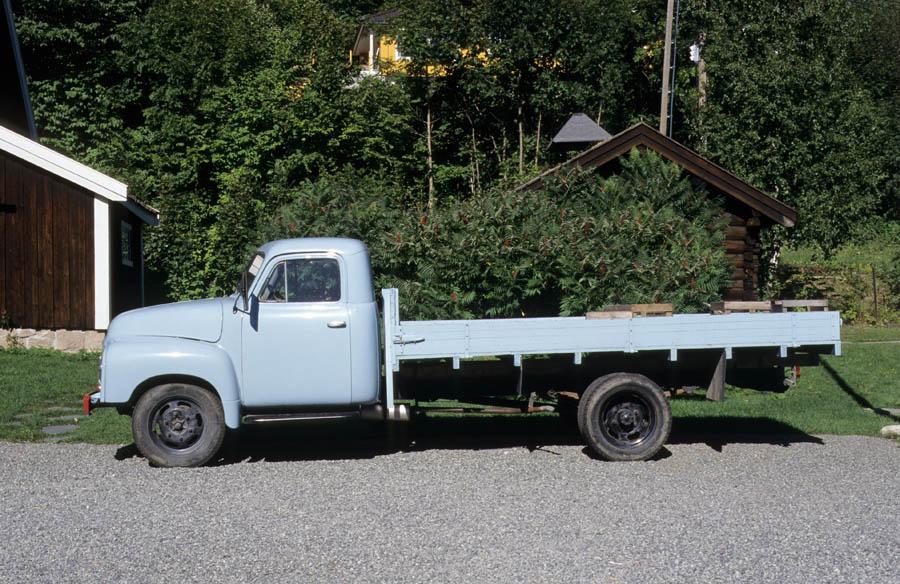 Asker museum, lyseblå lastebil med styrehus og lasteplan. Opel Blitz 1952-60.