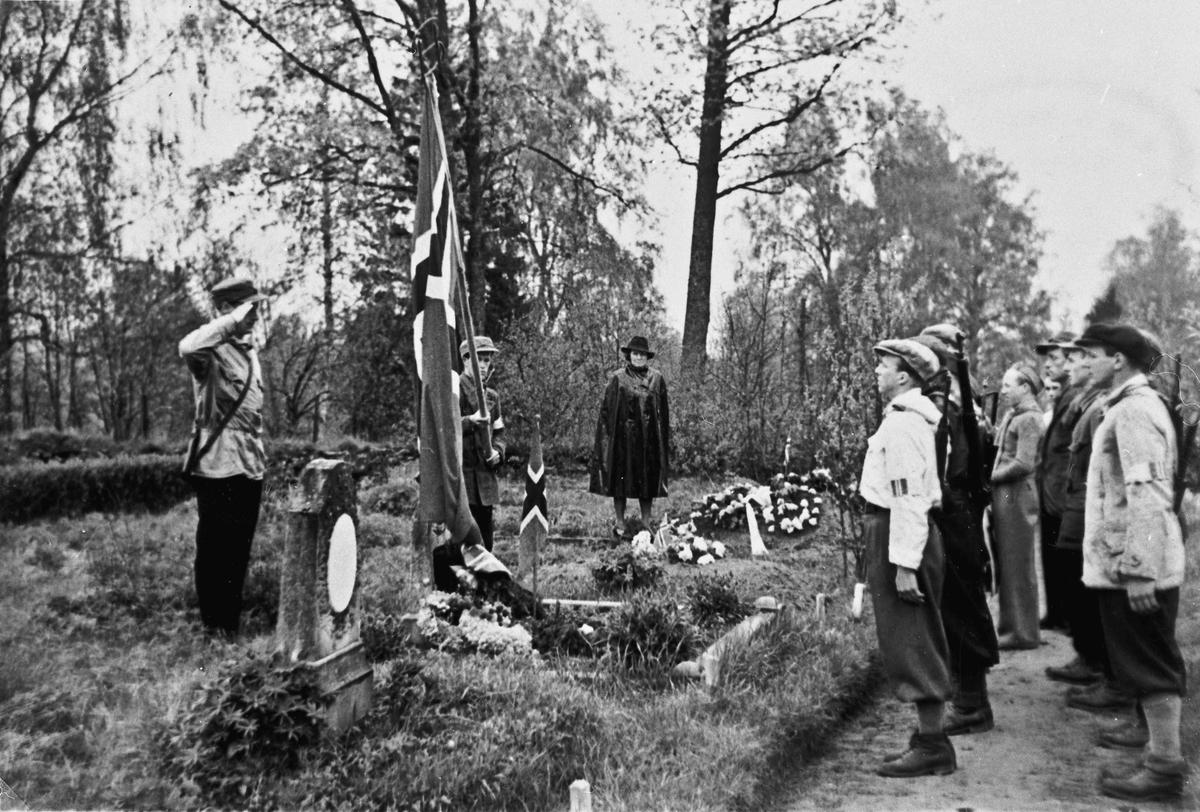 Bekransning av de falnes graver 17. mai 1945.