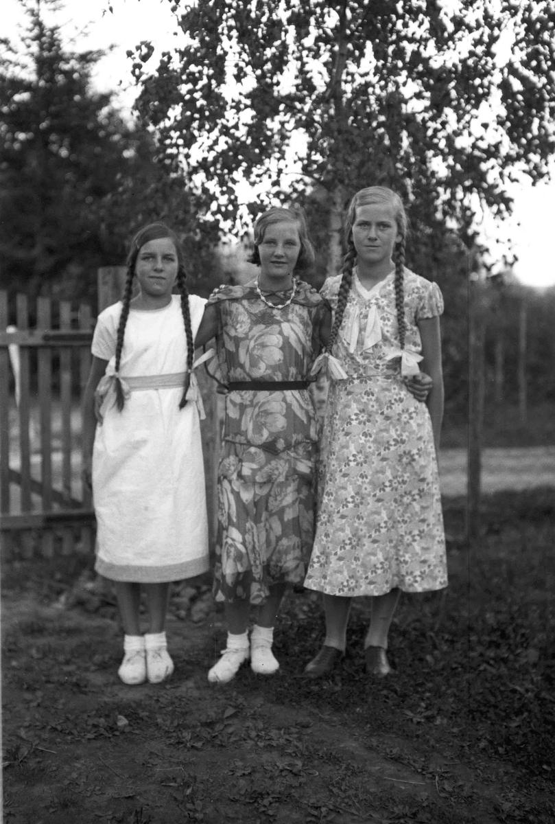 Portrett. 3 jenter