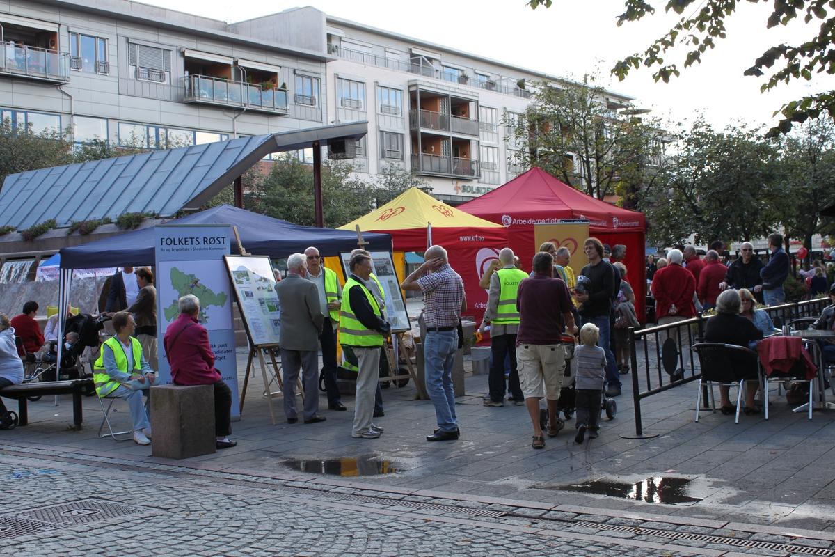Kommune- og fylkestingsvalg 2011. Valgboder på torget i Lillestrøm en lørdag før valget.