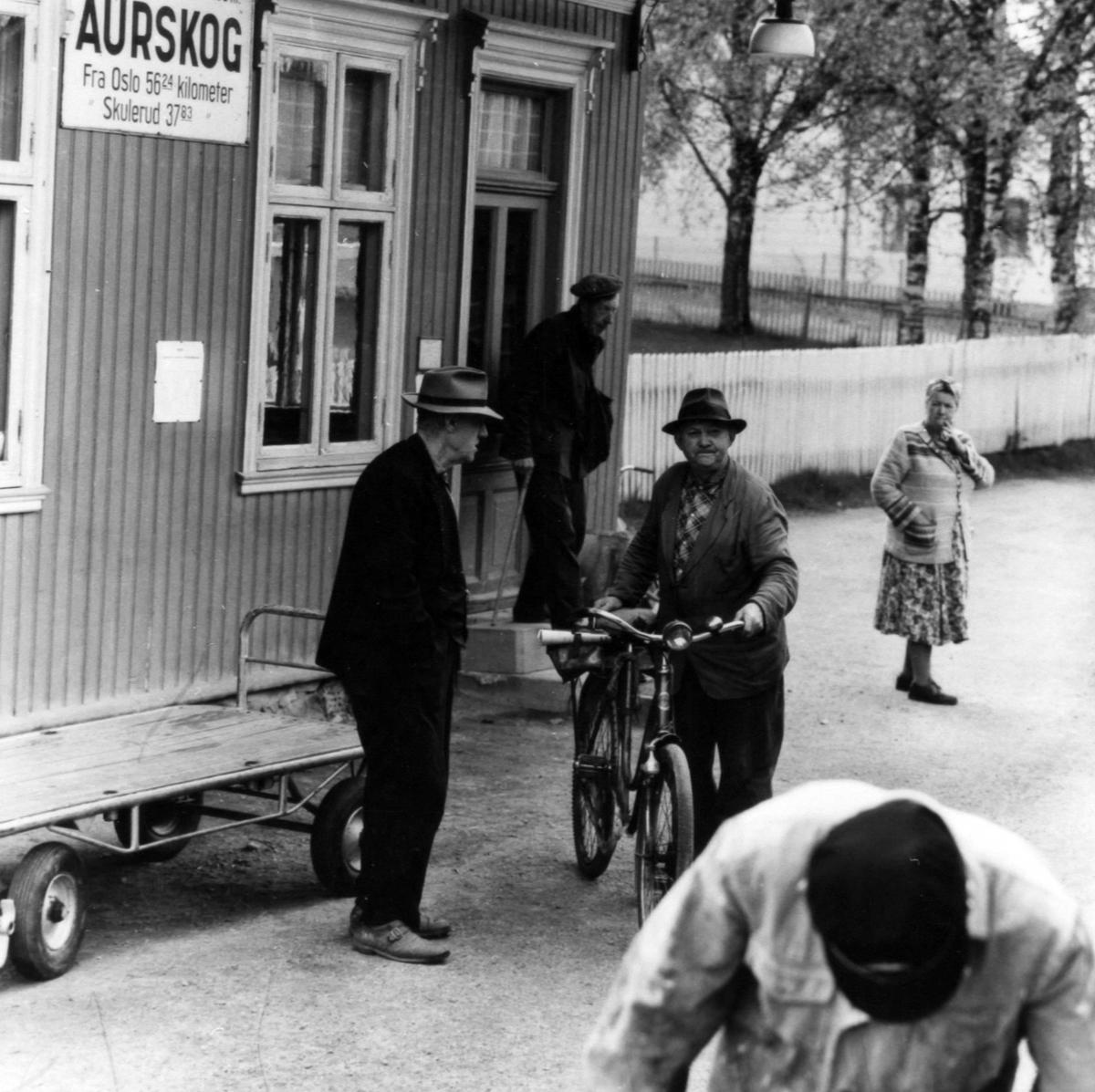Bydefolk møter opp på Aurskog stasjon ved togankomst. Mannen med sykkelen på bildet er Sigurd Teigen.