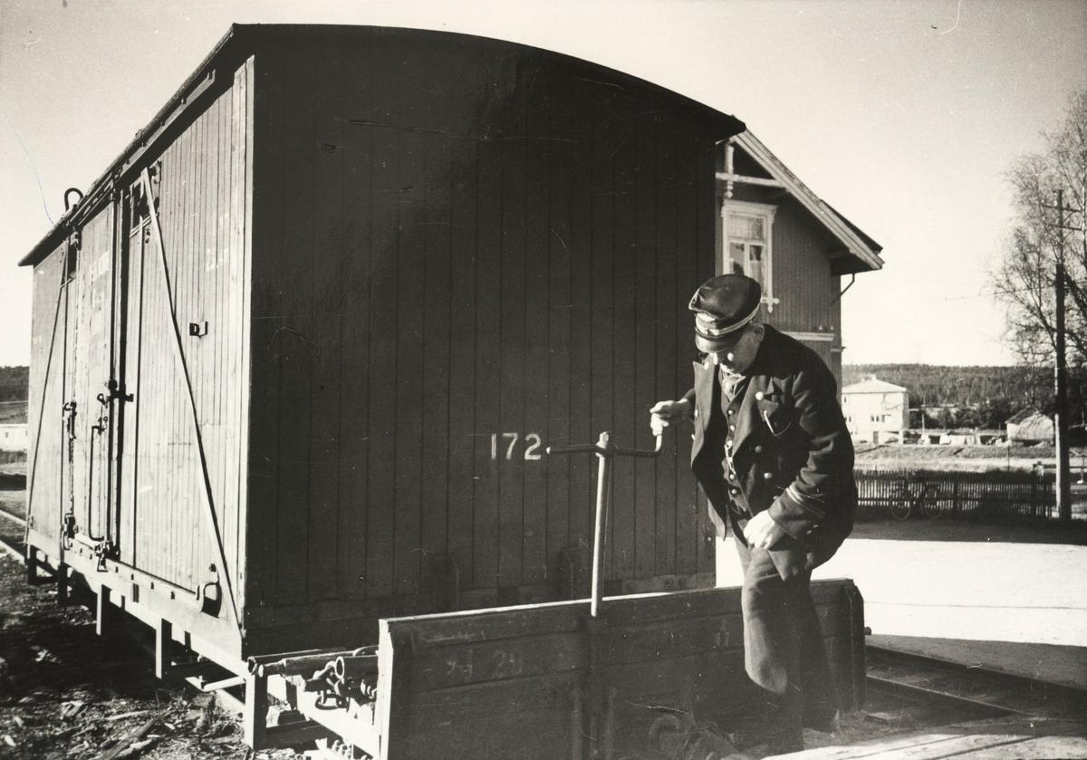 Vogn No29.Løftekasse 172. Overonduktør Olaf Moen skrur til bremsene på No29.