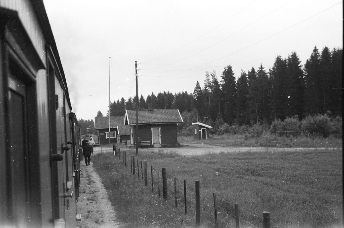 Tog 2051 retning Skulerud har stanset på Killingmo stasjon.
