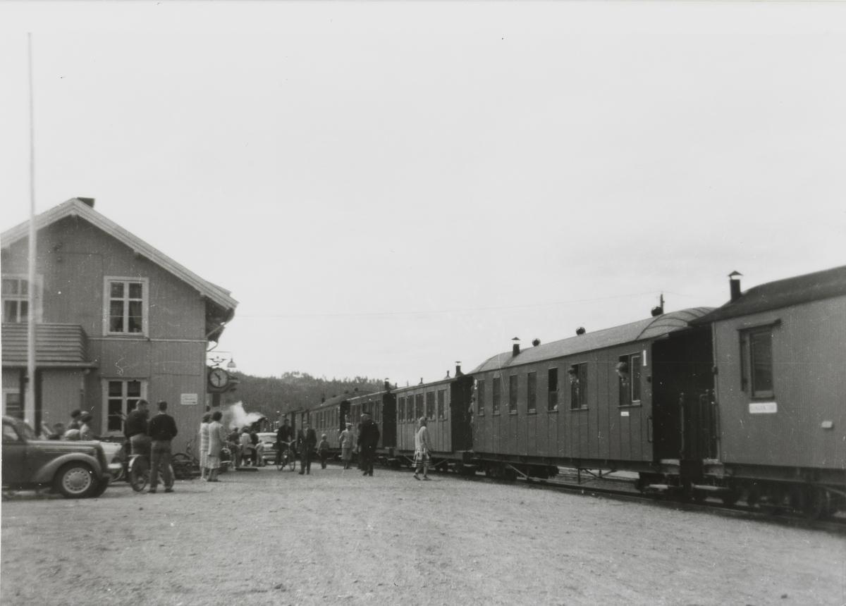 Tog 2051 til Skulerud står på Bjørkelangen stasjon.