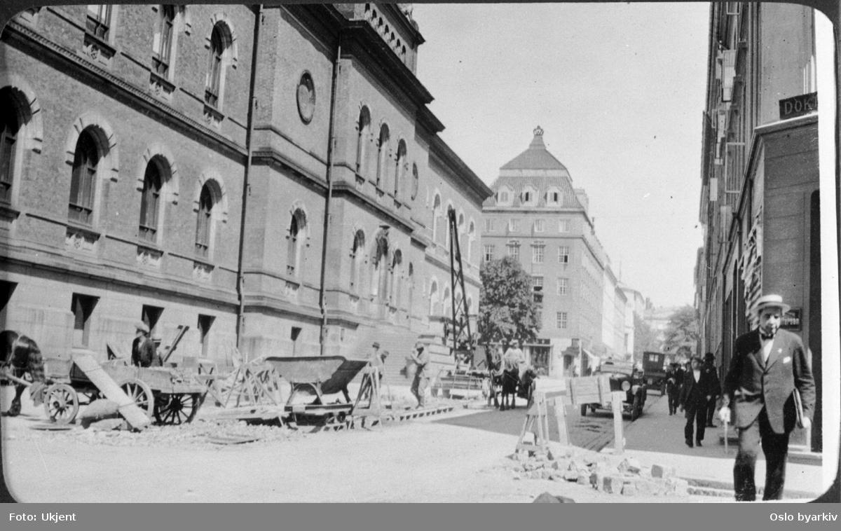 Oppgradering av rørledning for Bislettbekken ved Nasjonalgalleriet. Løftekran. Hester og kjerrer. Hotell Savoy i bakgrunnen. Bislettbekken ble lagt i rør (gråstein) på 1850-tallet.