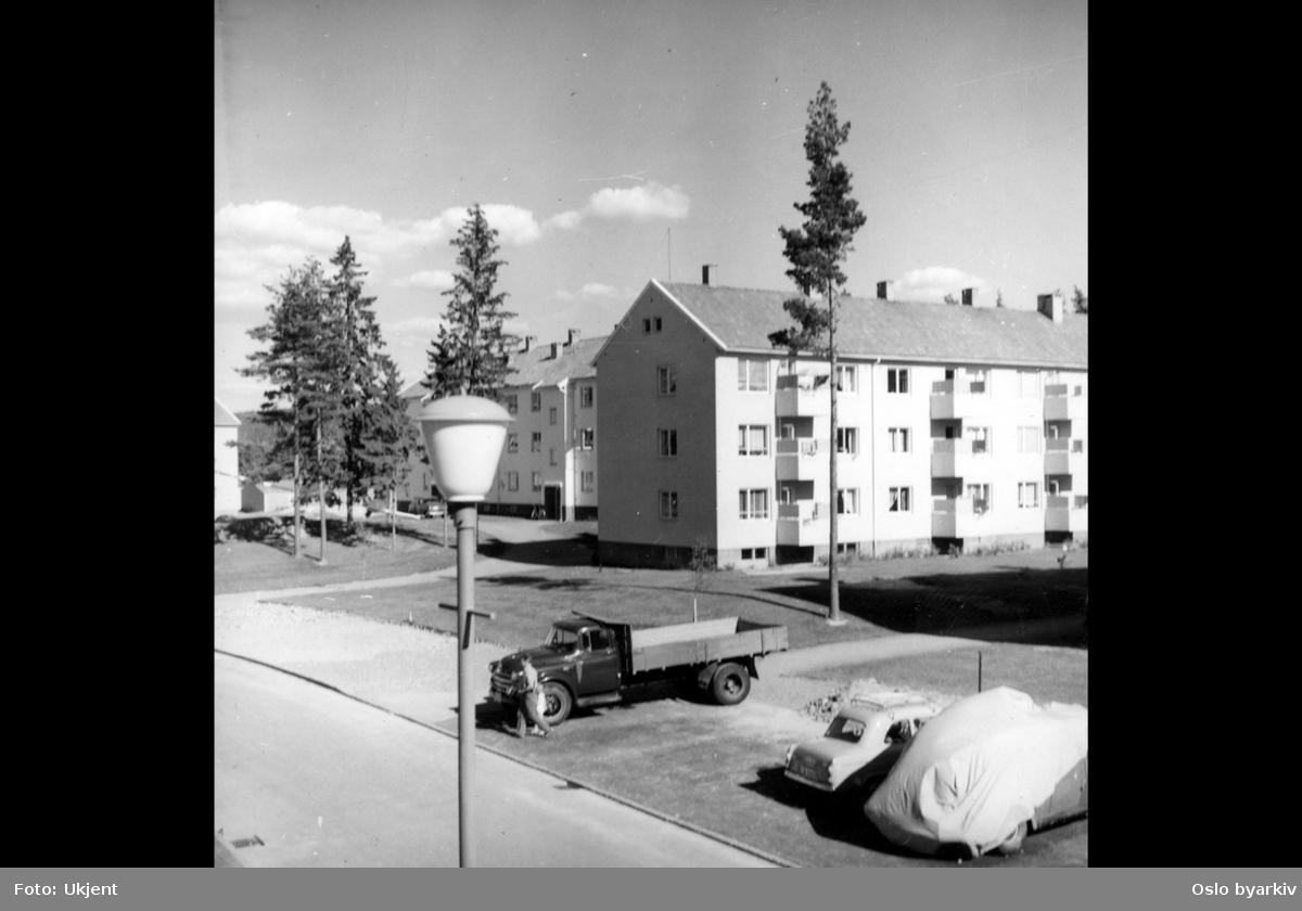 Steinspranget, boligblokker, parkeringsplass, parkerte biler, lastebil, lyktestolpe, grøntarealer