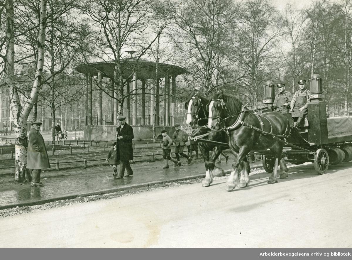 Hest og vogn fra Schous bryggeri passerer Birkelunden på Grünerløkka,.1927-30