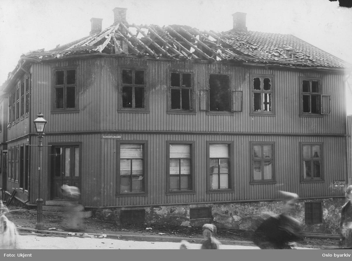 Brannskadet bygning, Nannestadgata. Stadsingeniøren - Fotografier af Kristiania (albumtittel). Ca 1892, basert på øvrige daterte bilder i samme album.